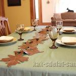 «Осенний» стол: украшение из листьев