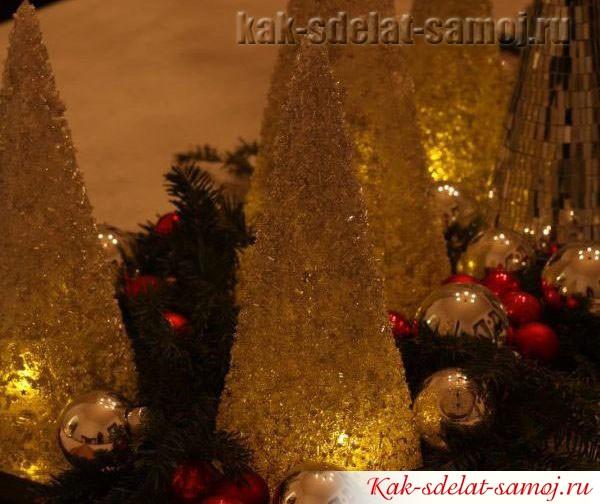Придать застолью праздничную атмосферу тепла и уюта поможет оригинальный подсвечник - елка из бисера.