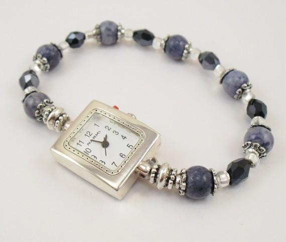 Женские часы с браслетом из бусин