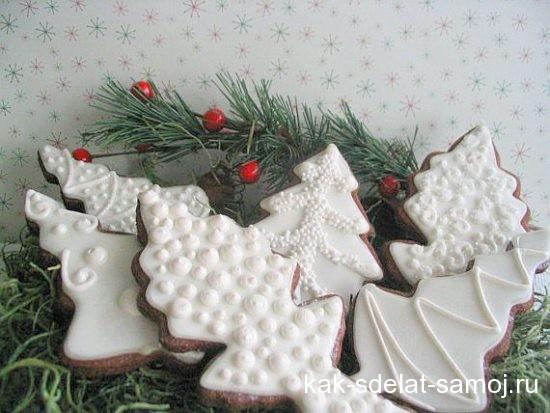 Новогоднее печенье в форме елочек