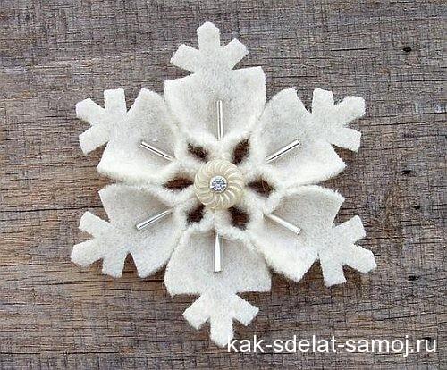 Снежинки, сделанные из фетра и бисера