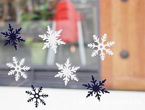 Окно украшенное снежинками из фетра