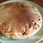 Нежный яблочный пирог с миндалем и изюмом