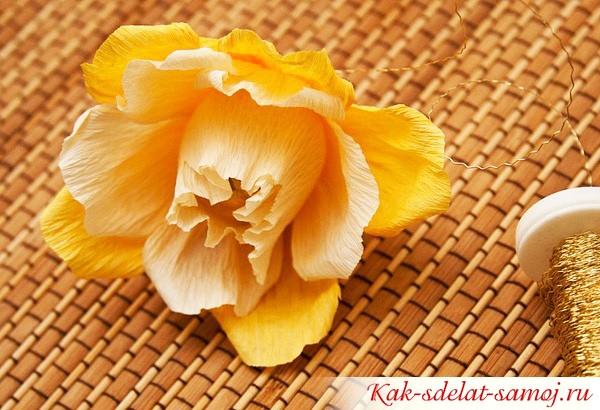 готовый цветок с конфетой внутри