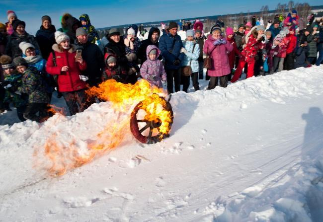 Скатывание горящего колеса - обычай на Масленицу
