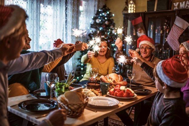семья встречает новый год