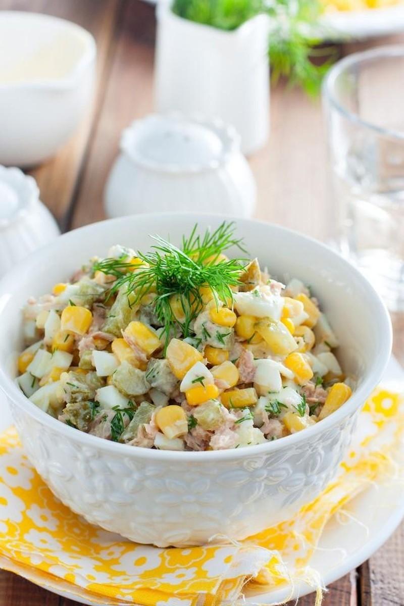 Салат тунцом и кукурузой